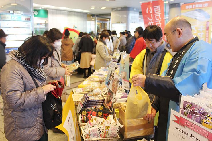 昆布加工品やせんべいなどを販売する富山のコーナー=東京交通会館