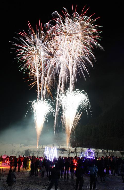 夜の雪原を彩る花火=山野スポーツセンターグラウンド(多重露光)