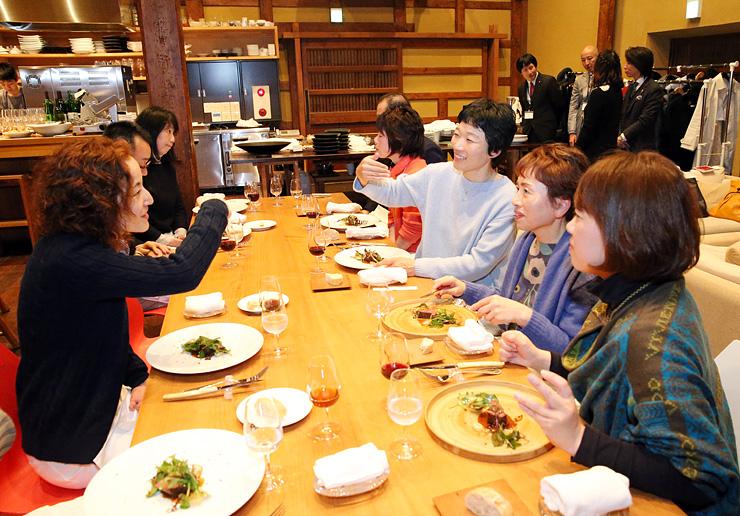 地元の食材を使った料理を味わいながら語らう太田さん(右から3人目)と参加者=富山市東岩瀬町のカーヴ・ユノキ