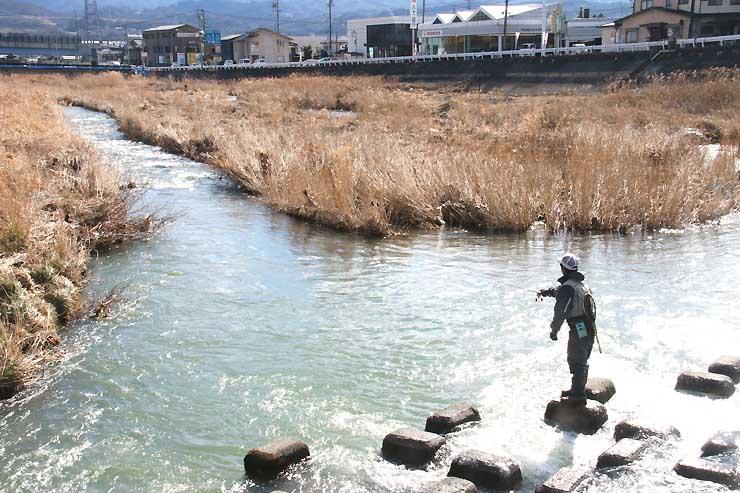 松川でさおを振るう釣り愛好家
