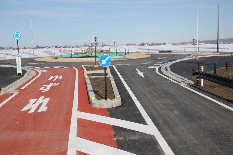 19日に新潟県内で初めて開通する予定のラウンドアバウト=田上町田上