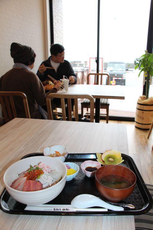 日本海に面した「夕日食堂SHi-ON」。地元で取れた魚介類を中心とした定食が売りだ=出雲崎町鳴滝町