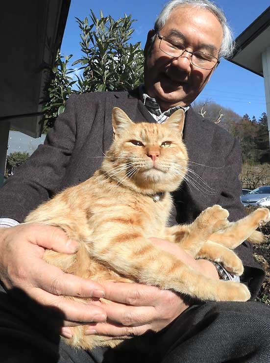 椋鳩十記念館の大原館長に抱かれる猫館長のムクニャン