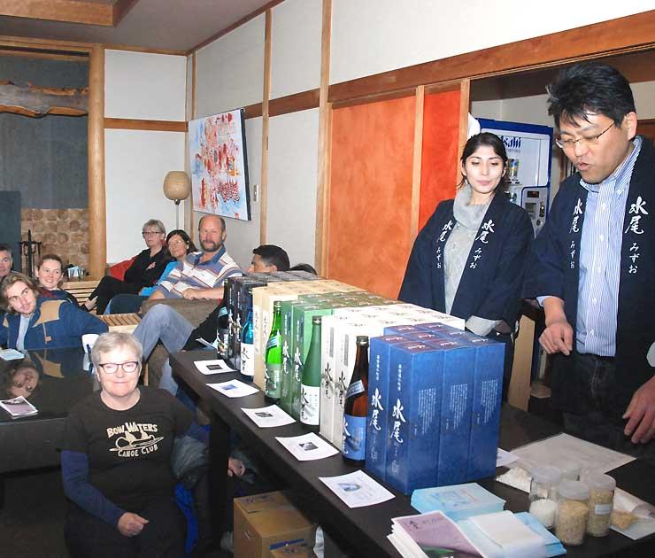 日本酒の造り方や種類などを紹介する田中さん(右)