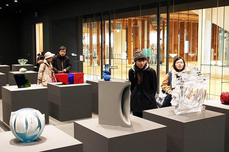 米国コレクターの一行が訪れることになった富山市ガラス美術館。写真は常設展「コレクション展」