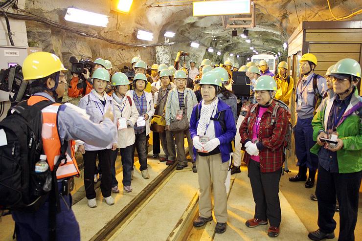 黒部峡谷パノラマ展望ツアーで、関西電力の施設内を見学する参加者=昨年5月29日、黒部市内