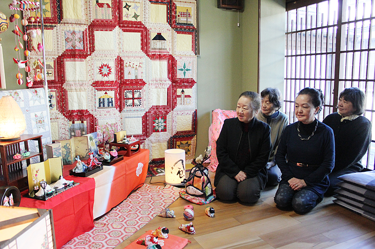 越中八尾冬浪漫を盛り上げるため、展示されたひな人形やぼんぼり