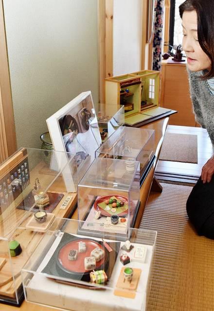 精巧に作られたミニチュアが並ぶ作品展=福井県坂井市三国町安島の「茶房周遊池」