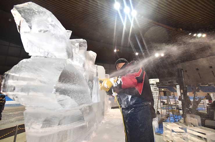 制作が進む氷の彫刻=19日午後6時45分、長野市のエムウェーブ