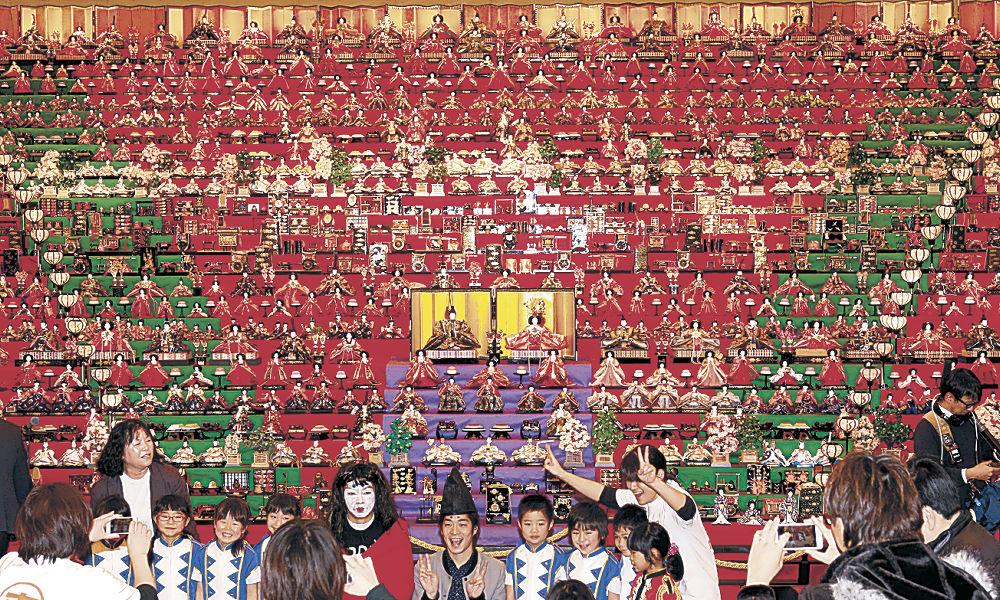 約1千体のひな人形が飾られた24段の巨大ひな壇=七尾市のフォーラム七尾