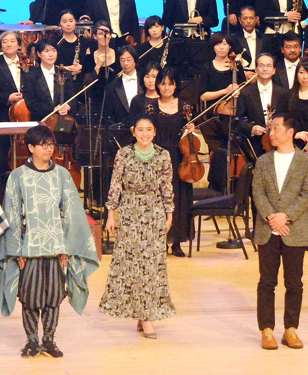 「真田丸」に出演中の長沢まさみさん(中央)も駆けつけ、上田市で行われたコンサート=21日