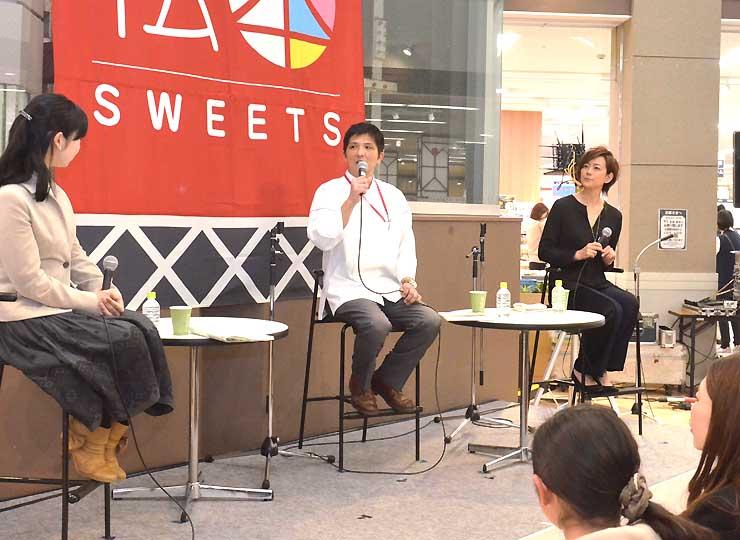 女優の秋本奈緒美さん(右奥)ら審査員が入賞作品の魅力などを語ったトークショー
