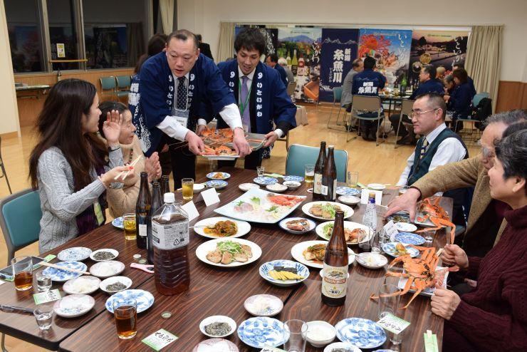 糸魚川なりわいネットワークの会員と東京の飲食店が参加した交流会=20日、糸魚川市横町1
