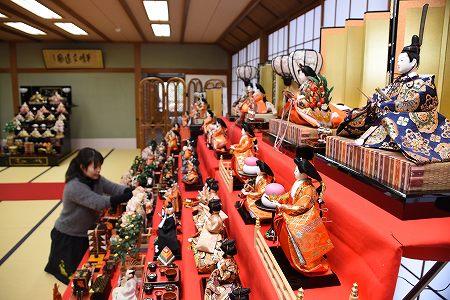 150体を超えるひな人形が飾り付けられた大広間=福井県越前町の県陶芸館茶苑