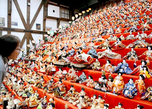 約2千体のひな人形が20段にずらりと並び圧巻の「ひな祭り」=大野市元町の平成大野屋平蔵
