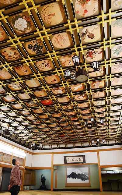 230枚の花鳥図をじっくり楽しめる旧傘松閣資料館=福井県の永平寺町山の四季の森文化館