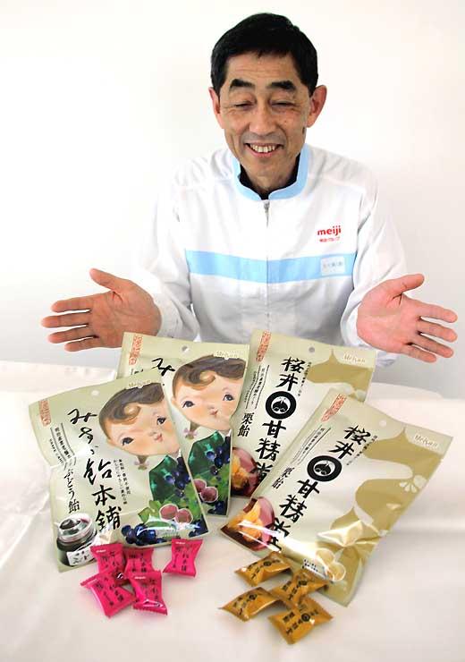 桜井甘精堂や飯島商店と連携した新商品を紹介する明治産業の五十嵐社長