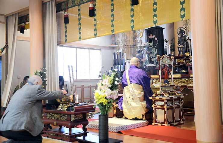大英寺で営まれた法要で小松姫の位牌(右奥)に向かって焼香する檀家(手前左)