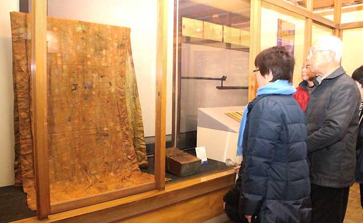 真田宝物館で展示が始まった小松姫にゆかりがあるとされる袈裟