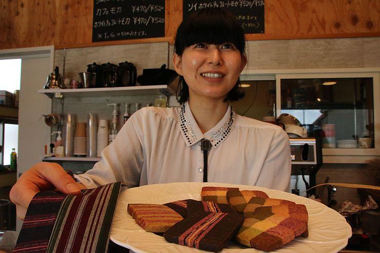 小須戸縞をイメージしたクッキーと考案した小林みどりさん=新潟市秋葉区小須戸
