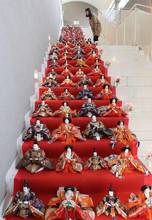 階段を埋め尽くすひな人形=24日、南魚沼市下一日市の今泉記念館