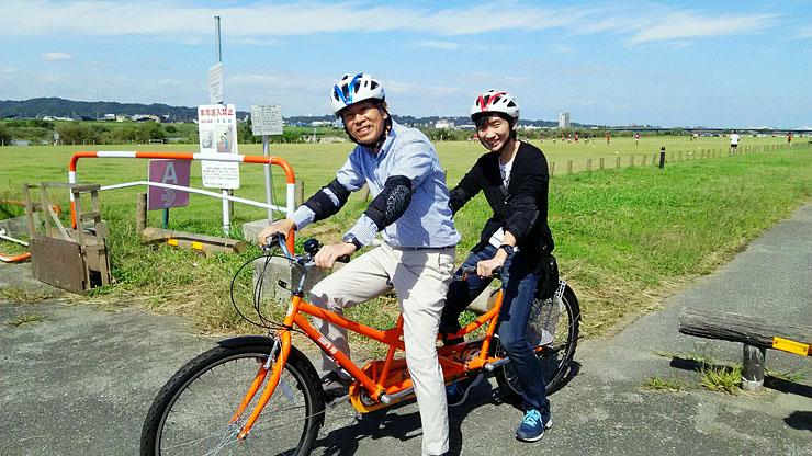 富山市が無料レンタルするタンデム自転車。4月から公道でも走ることができそうだ=神通川河川敷