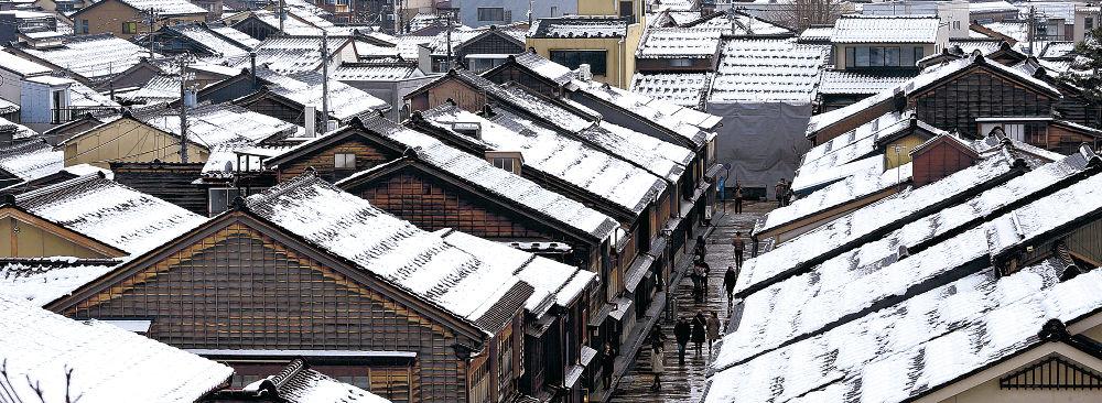 雪が積もり屋根が白く染まった町家=金沢市のひがし茶屋街