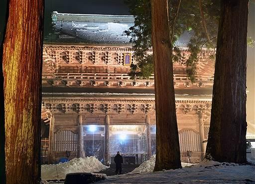 ライトアップされ幻想的な姿を見せる山門=26日午後6時半ごろ、永平寺町の曹洞宗大本山永平寺