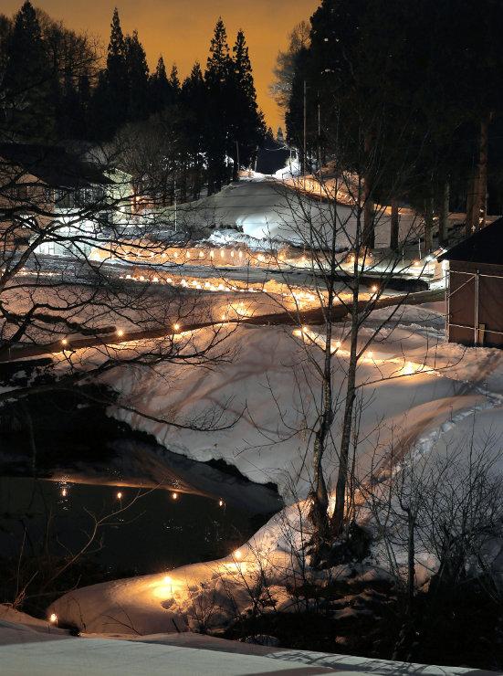 「庭先キャンドルまつり」で、集落を幻想的に浮かび上がらせた明かり=27日午後6時36分、栄村野田沢
