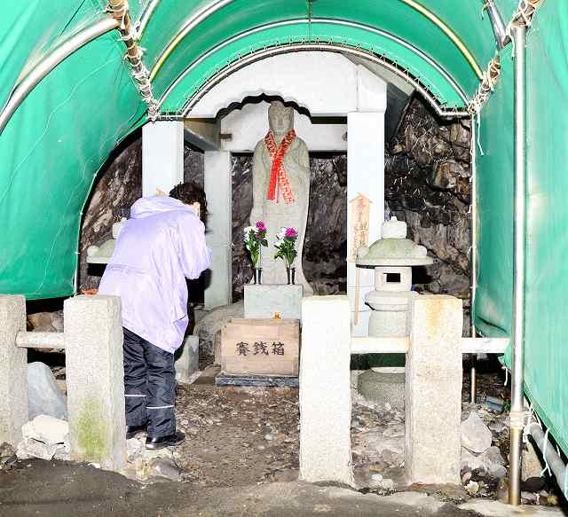 雄島隧道内の横穴の奥に立つ観音像。地元の人たちにより大切に守られている=福井県坂井市