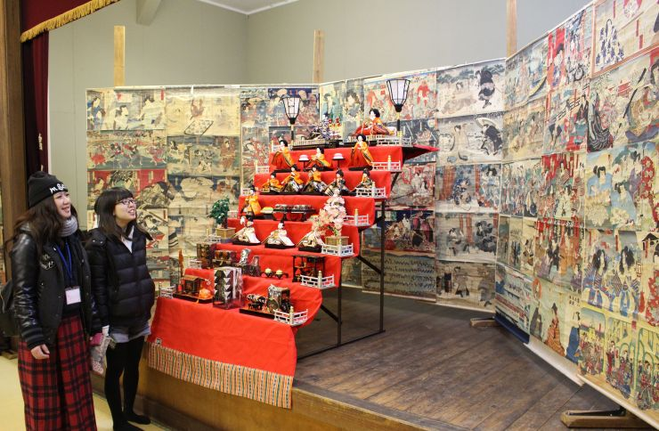 ひな人形の周りに浮世絵を飾り付けた「絵紙で彩る小千谷のひいな祭り」=28日、小千谷市平成の照専寺