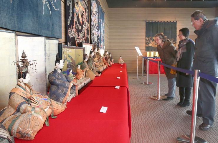 歴史あるひな人形が並んだ「湊にいがたの展望と雛人形展」=27日、新潟市中央区