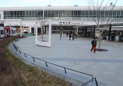 工事がほぼ完了した富山駅南口駅前広場。13日に完成記念イベントを行う