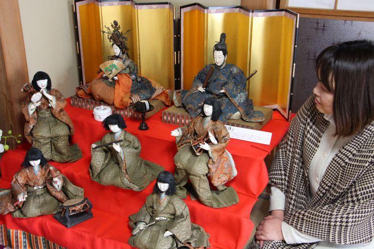 ひな人形を眺める平野礼子さん。「おひなさまを通して人と交流するのも楽しい」と話す=十日町市西本町