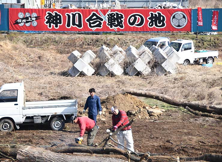 神川の河川敷に設置した横断幕。住民らが河川敷の景観も整えた