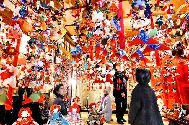 部屋いっぱいに飾られた華やかな「つりびな」=1日、福井県鯖江市桜町2丁目
