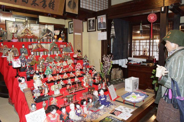 大正時代のひな人形などが並んだ「町屋の人形さま巡り」=1日、村上市大町の早撰堂