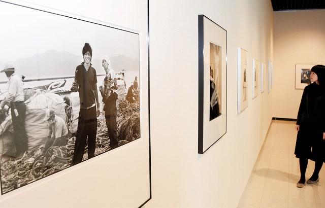 写真家ハービー・山口さんが国内外で撮影した約60点が並ぶ作品展=1日、福井県鯖江市