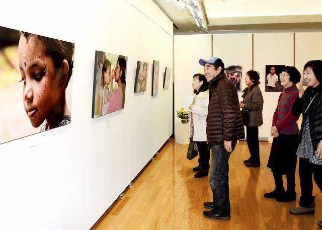 少数民族サンタル族の子どもたちの成長などを記録した向瀬さんの写真展=2日、福井県越前市