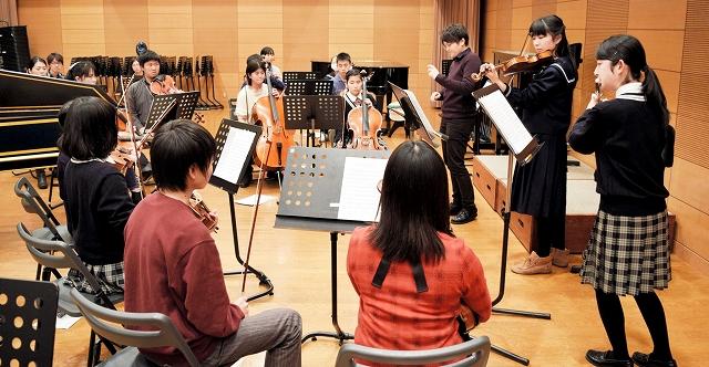 本番に向けて練習に励む福井ジュニア弦楽アンサンブルのメンバー=2月29日、福井市の県立音楽堂