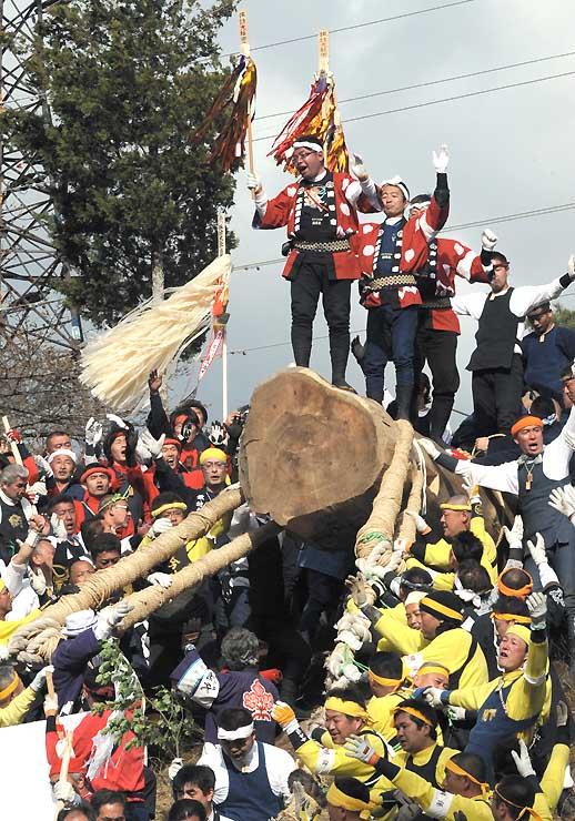 前回2010年御柱祭の下社木落としで、御柱を取り巻く氏子たち。高精細な映像を通じ海外へのアピールも目指す=下諏訪町