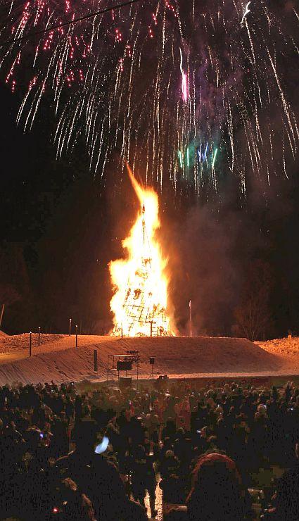 東日本大震災の被災地の復興を祈願したさいの神行事「古志の火まつり」。花火も打ち上げられた昨年の様子=2015年3月7日午後6時すぎ、長岡市山古志種苧原