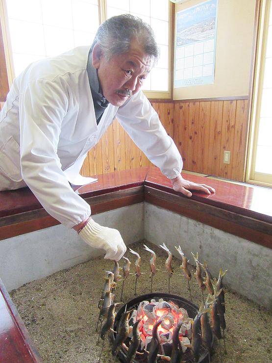 サクラウグイを炭火で焼く中井さん=小矢部市島