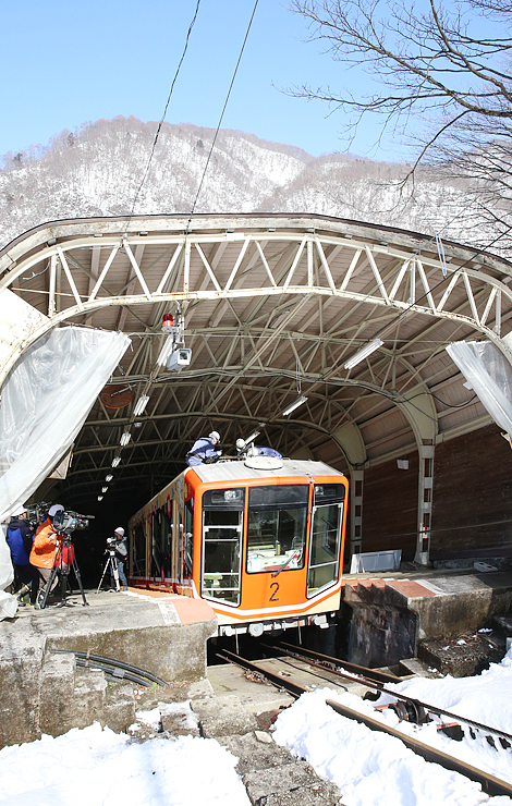 青空の下、営業再開へ向けて点検作業が行われた立山ケーブルカー=立山町千寿ケ原の立山駅周辺