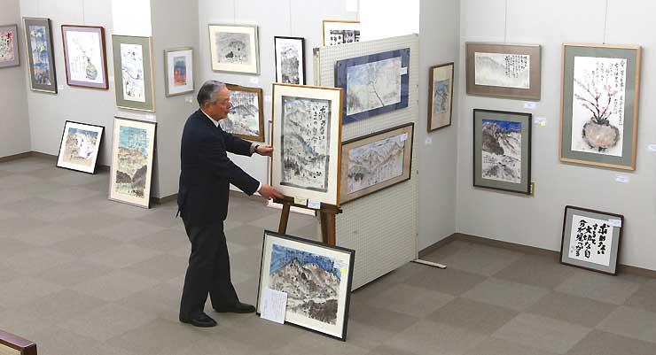 加島祥造さんの遺作の展示作業が進む会場