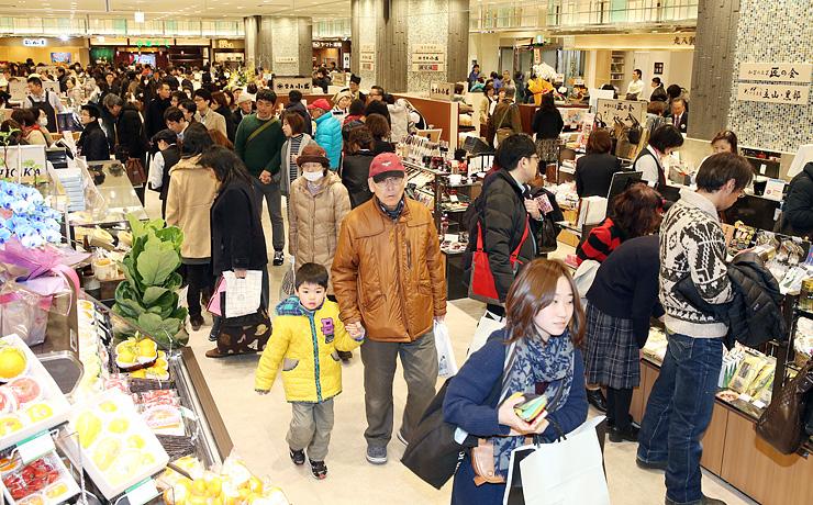 大勢の人でにぎわった「きときと市場 とやマルシェ」のオープン初日。年間を通じて予想を上回る人が訪れた=昨年3月14日、富山市明倫町