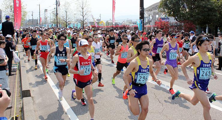 昨年の大会で一斉に走り出すハーフマラソンの部の出場者=ありそドーム前