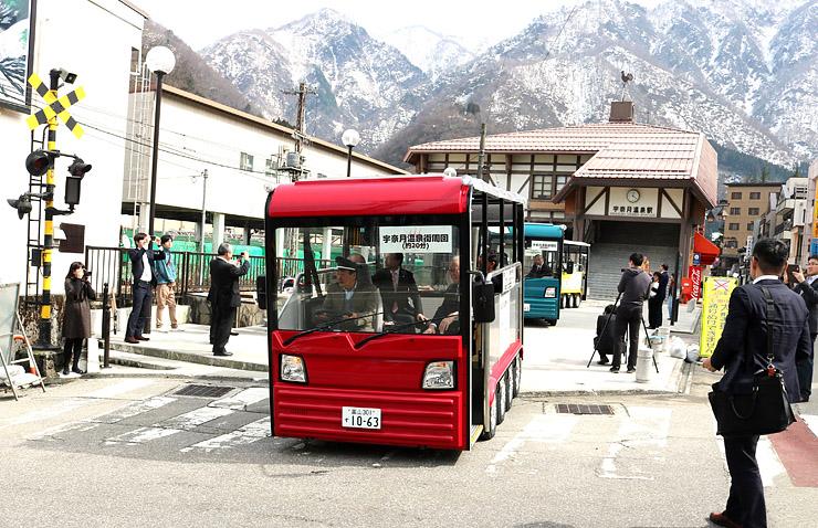 次々と出発するEMU3台=富山地鉄宇奈月温泉駅前広場
