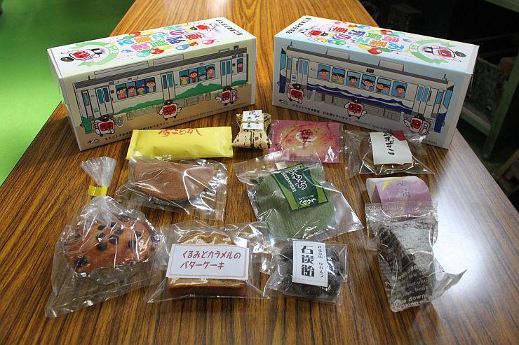 直江津菓子研究会の加盟店からお薦めの菓子を集めたセット商品=3日、上越市中央1