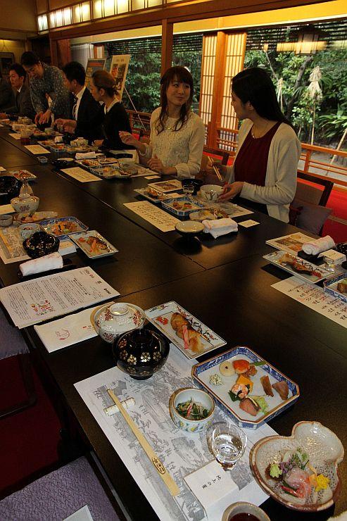 試食会で料亭の料理と日本酒を味わう参加者たち=7日、新潟市中央区